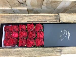 Cutie cu 15 trandafiri rosii
