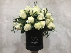 Cutie cu 45 trandafiri albi