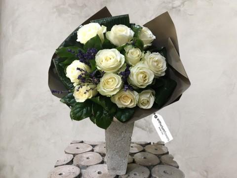 Buchet 11 Trandafiri albi cu lavanda
