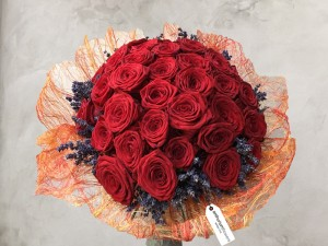 Buchet 35 trandafiri rosii si lavanda