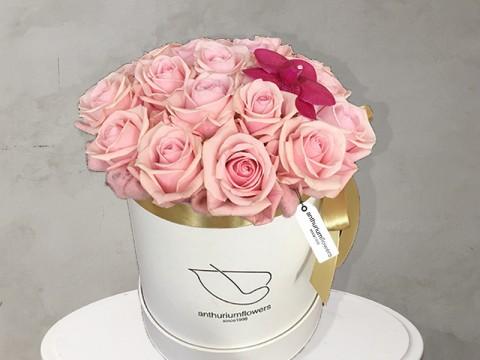 Cutie cu trandafiri si orhidee