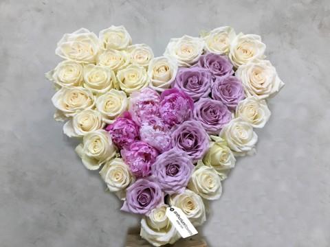 Aranjament in forma de Inima din 30 trandafiri si 5 Bujori